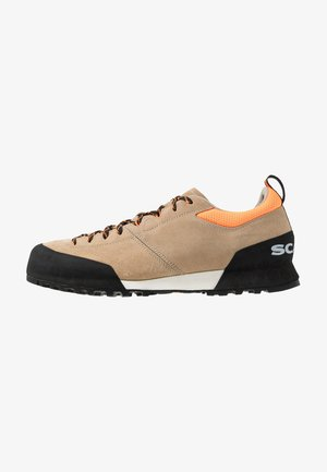 KALIPÈ - Hiking shoes - beige/orange fluo