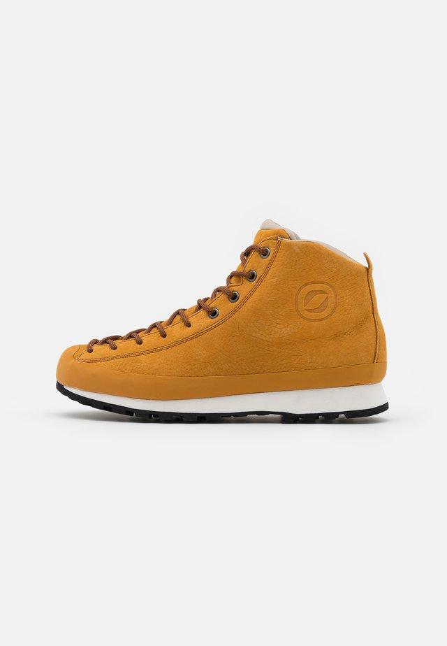ZERO8 UNISEX - Hiking shoes - ocra