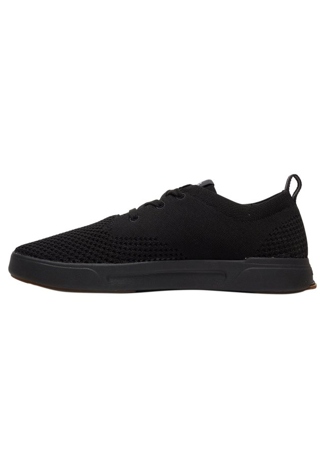 Trainers - solid black