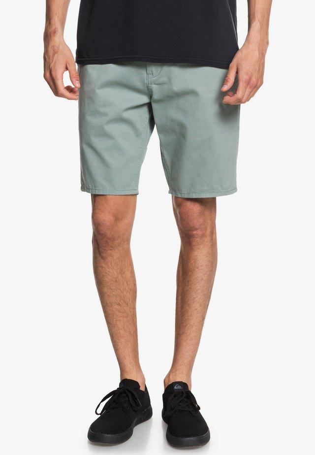EVDAYCHILIGHTSH - Shorts - chinois green