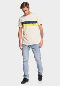 Quiksilver - MULTIPLY  - T-Shirt print - brazilian sand - 1