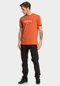 Quiksilver - REGULAR FIT - Print T-shirt - burnt brick - 1