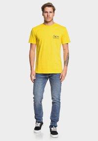 Quiksilver - DAILY WAX - T-Shirt print - sulfur - 1