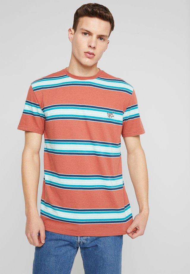 COREKY - Print T-shirt - redwood/coreky mate