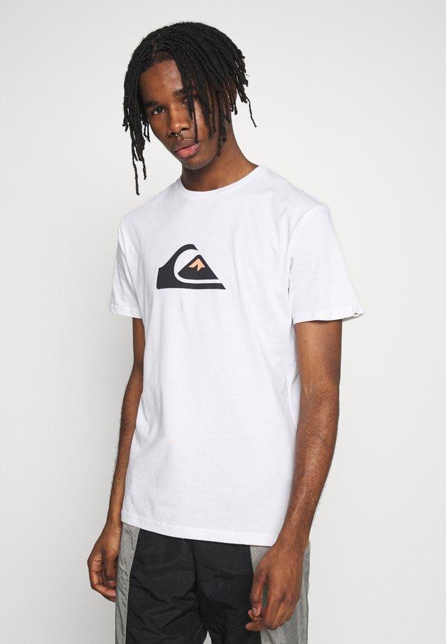 COMPLOGOSS - T-shirt con stampa - white