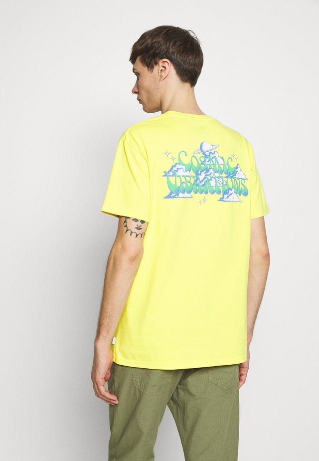 COSMICVIBE - Print T-shirt - buttercup