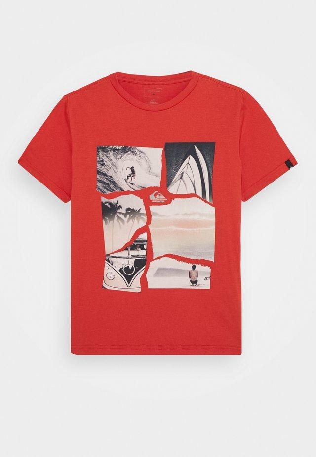 TORN APART YOUTH - Camiseta estampada - chili