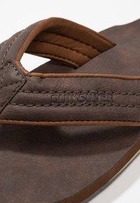 Quiksilver - CARVER - Sandály s odděleným palcem - demitasse - 5