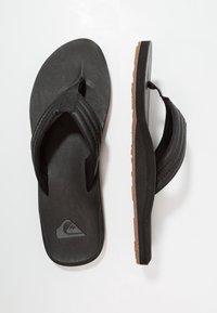 Quiksilver - CARVER - Sandály s odděleným palcem - black - 1