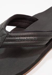 Quiksilver - CARVER - Sandály s odděleným palcem - black - 5