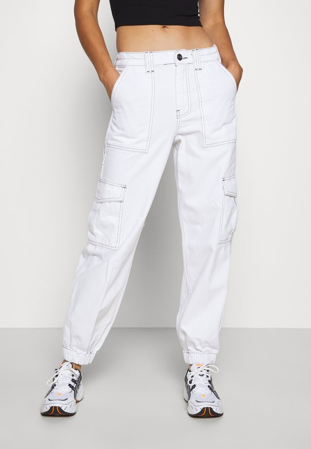 CONTRAST STITCH CUFFED SKATE  - Džíny Relaxed Fit - white