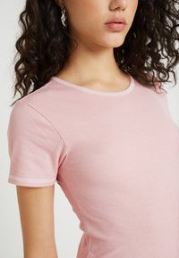 BDG Urban Outfitters - CONTRAST STITCH TEE - T-shirts basic - candy pink - 4