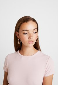 BDG Urban Outfitters - BABY TEE - T-shirt imprimé - pink - 4