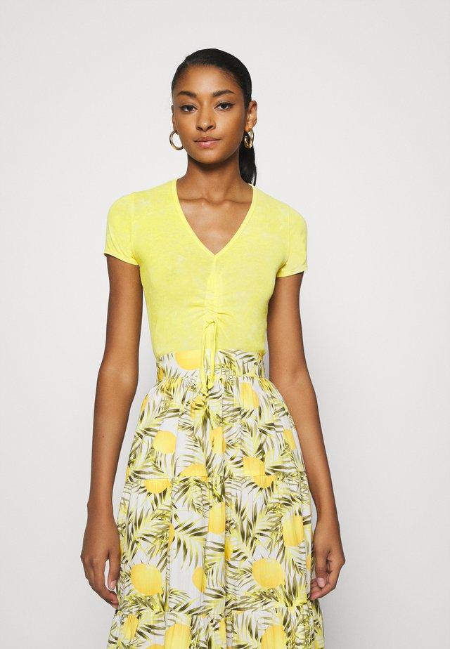 DRAWSTRING VNECK TEE - T-shirt med print - sunny lime