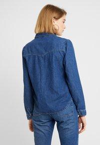 BDG Urban Outfitters - DRIVER WESTERN - Overhemdblouse - rinsed denim - 2