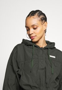 BDG Urban Outfitters - SUPER CROPPED POPLIN JACKET - Summer jacket - khaki - 4