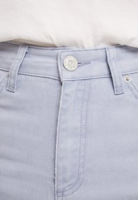 BDG Urban Outfitters - MOM - Jeansy Relaxed Fit - chambray blue - 3