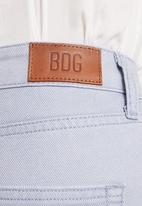 BDG Urban Outfitters - MOM - Jeansy Relaxed Fit - chambray blue - 5