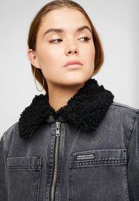 BDG Urban Outfitters - SHERPA LINED UTILITY COAT - Džínová bunda - black - 3