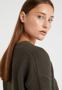 Repeat - LOOSE NECK - Strickpullover - leaves - 3