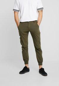 Redefined Rebel - KASPER PANTS - Pantaloni cargo - dark olive - 0