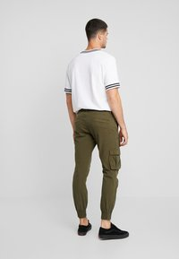 Redefined Rebel - KASPER PANTS - Pantaloni cargo - dark olive - 2