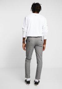 Redefined Rebel - KING PANTS - Pantalon classique - grey check - 2