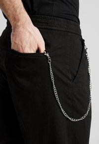 Redefined Rebel - LEE CROPPED PANTS - Broek - black - 3