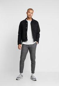 Redefined Rebel - ERCAN PANTS - Pantalon classique - wales - 1
