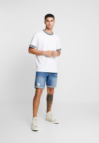 Redefined Rebel - COLOGNE DESTROY - Jeans Shorts - light indigo