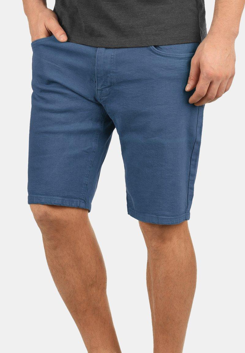 Redefined Rebel - MORTON - Denim shorts - mid blue
