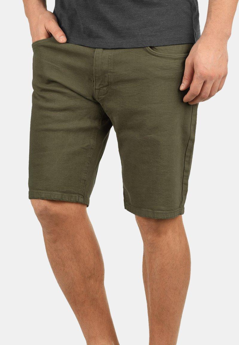 Redefined Rebel - MORTON - Denim shorts - dark olive