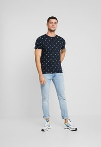 Redefined Rebel - JET TEE - T-shirt print - navy - 1