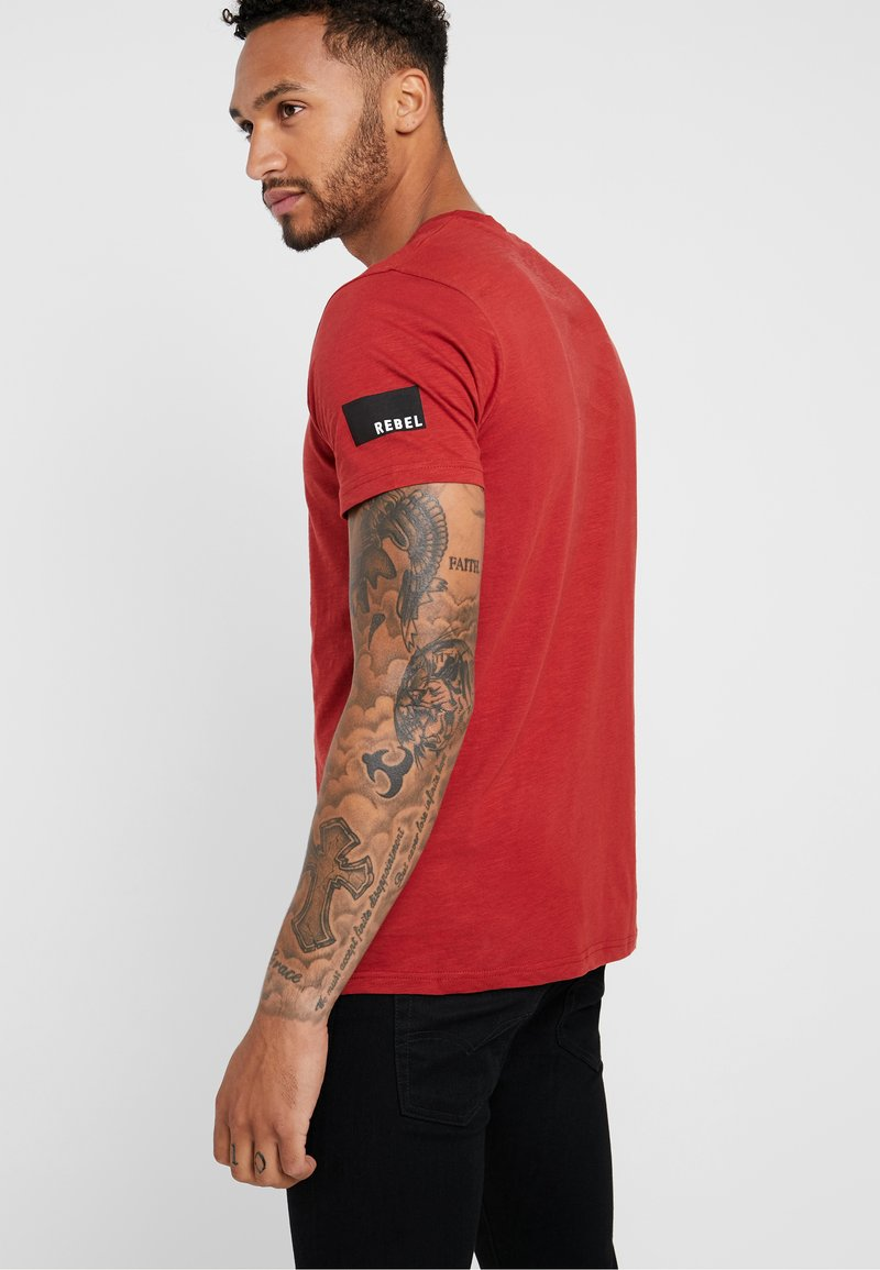 Redefined Rebel - TEE OPTION - Print T-shirt - brick red