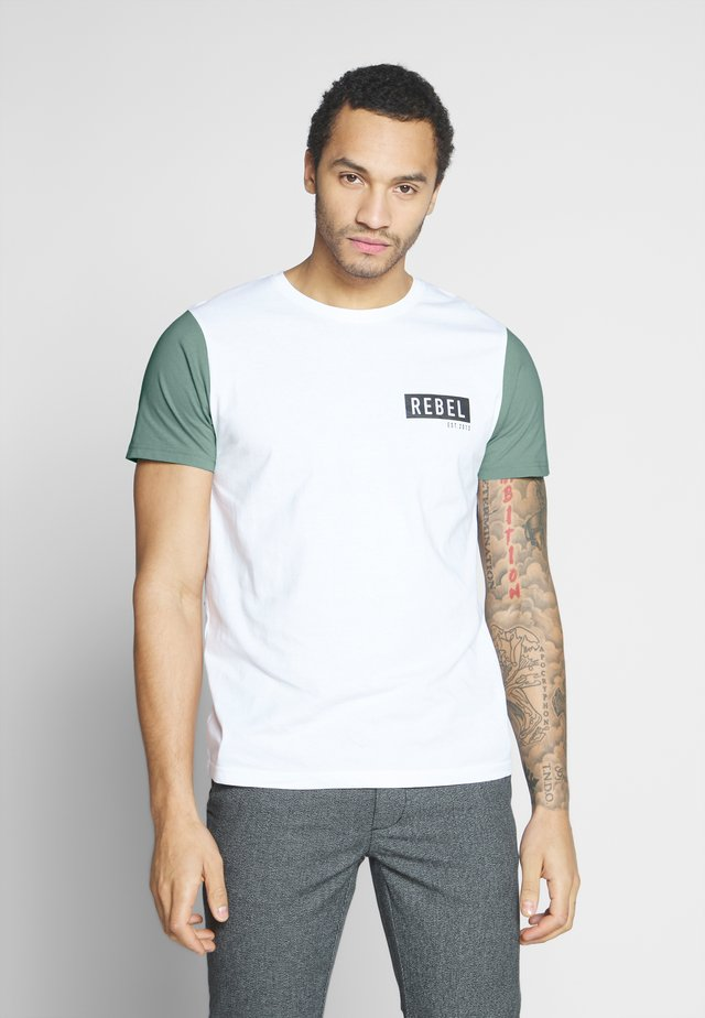 LUKA TEE - Print T-shirt - granite green