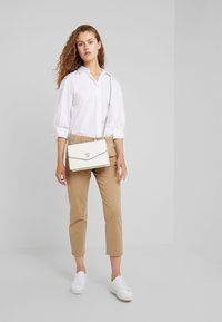 rag & bone - BUCKLEY - Chinosy - sand