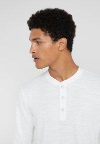 rag & bone - CLASSIC HENLEY - T-shirt à manches longues - white - 4