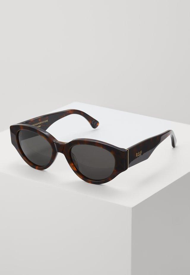 DREW - Sluneční brýle - classic havana