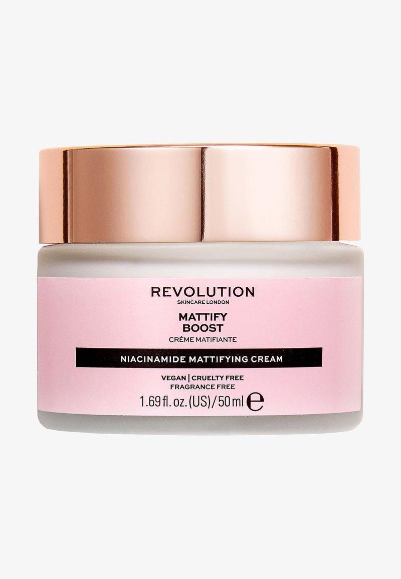 Revolution Skincare - MATTIFY BOOST - Face cream - -