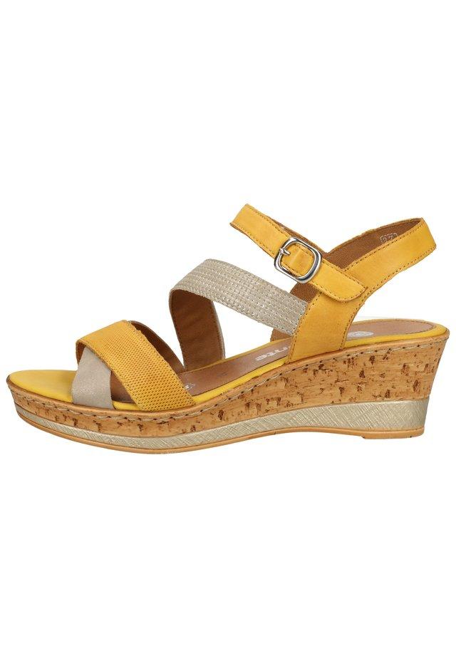 Sandały na platformie - altgold/gelb/clay 68