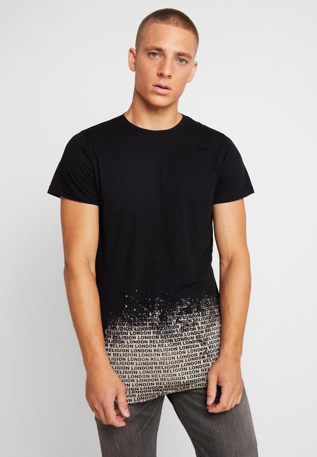 CLOUDY CURVED HEM TEE - T-shirt med print - black