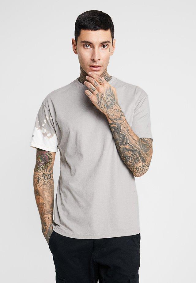 BLEACH TEE - T-shirt med print - flint
