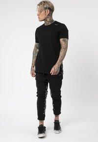 Religion - PRAYING TEE - T-shirt print - black/white - 1