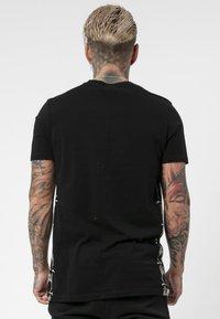 Religion - PRAYING TEE - T-shirt print - black/white - 2