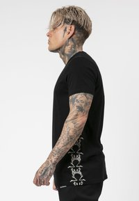 Religion - PRAYING TEE - T-shirt print - black/white - 3
