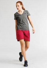 Regatta - CHASKA SHORT - Pantaloncini sportivi - dark cerise - 1