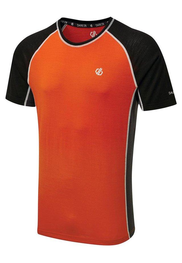 CONFLUX TEE - Print T-shirt - orange