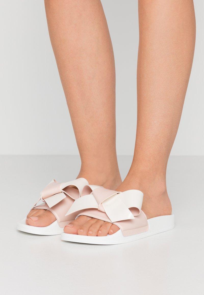 Red V - Pantofle - nude/milk