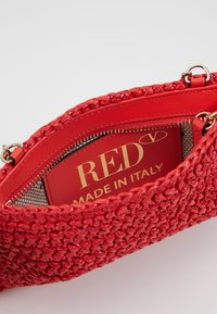 Red V - ROCK RUFFLES RAFFIA CLUTCH - Across body bag - coral - 4