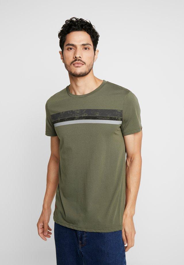 HAKE - T-shirt con stampa - olive